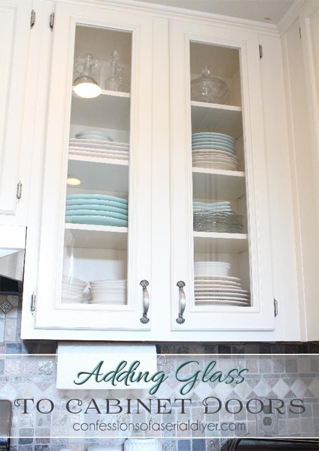 Модернизированный белый шкаф с прозрачным стеклом.