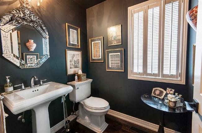 Дамская ванная комната с темными матовыми обоями.