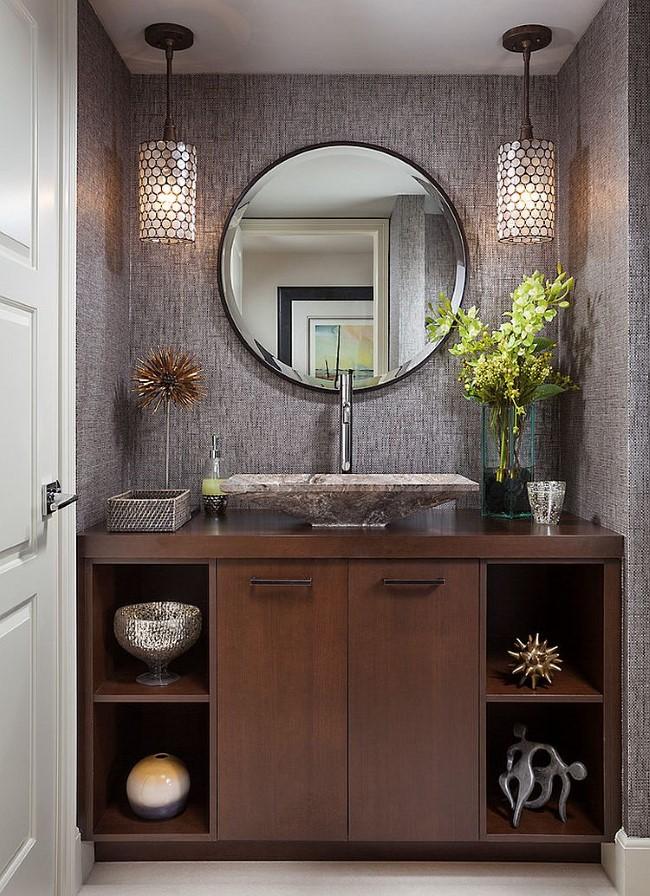 Небольшая ванная со стильными светильниками и зеркалами.