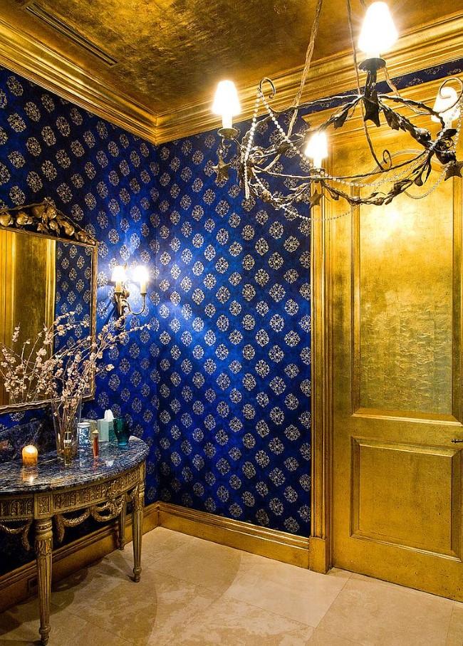 Изысканная ванная в темно-синих и золотых тонах.