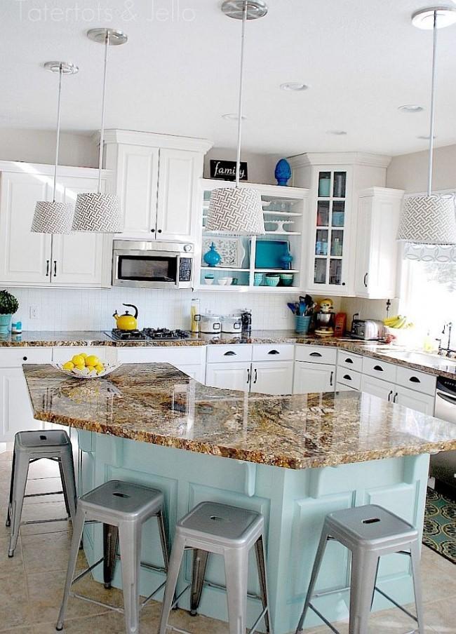 Необычная современная кухня в белом цвете.