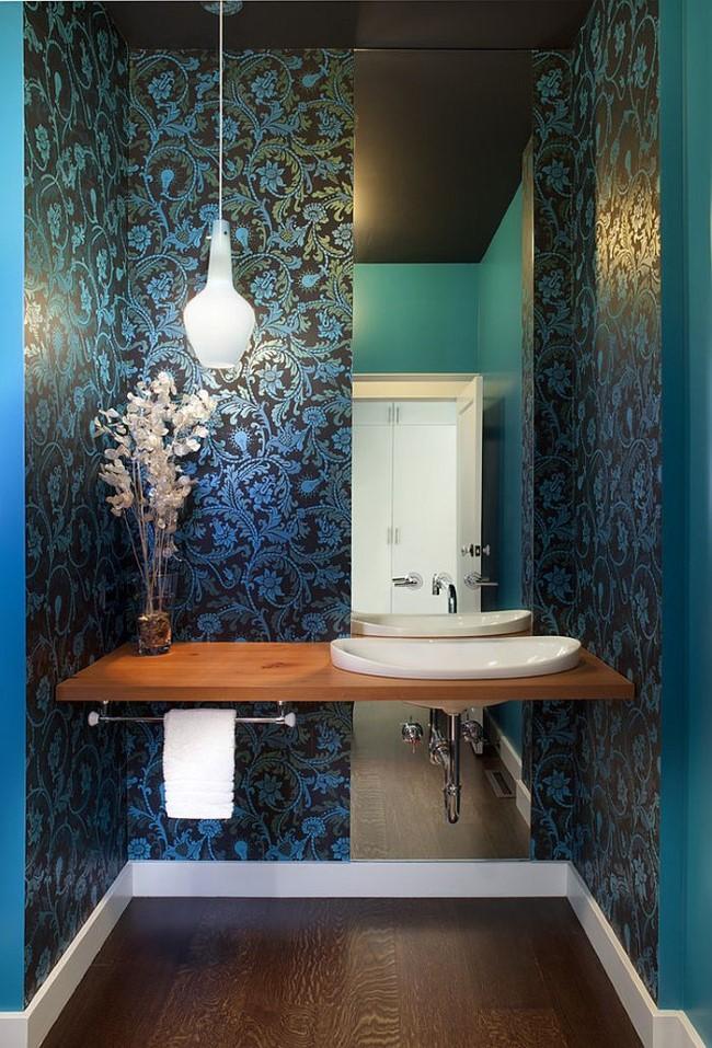 Роскошная ванная с черно-синими узорчатыми обоями.