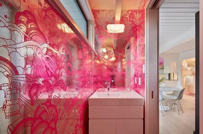 Зеркальные обои с рисунками цвета фуксия.