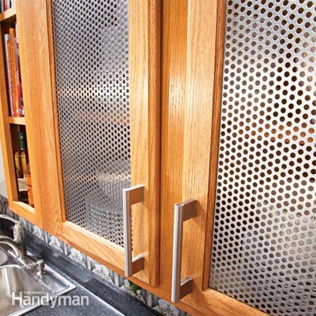 Кухонный шкаф с гофрированной металлической панелью.