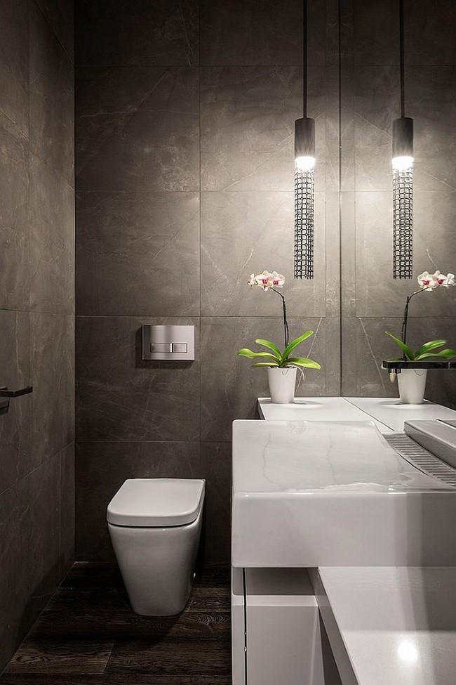Подвесной светильник в ванной в темных тонах.