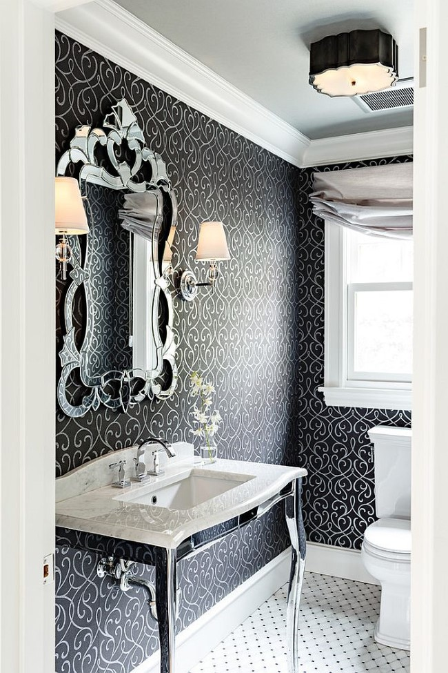 Викторианская ванная с узорчатыми обоями на стенах.