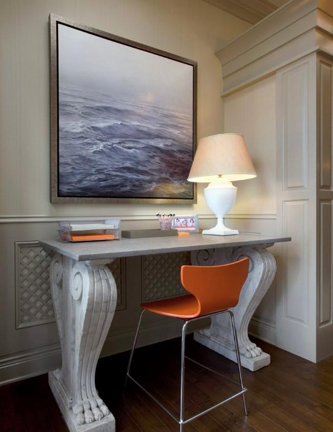 Стол из искусственного камня в просторном холле.