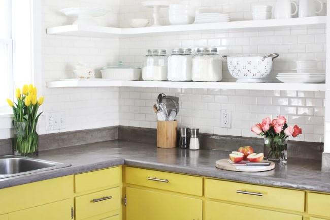 Желто-серый кухонный стол с бетонной столешницей.
