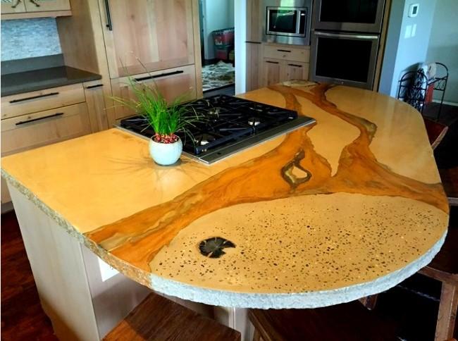 Необычный рабочий стол с бетонной столешницей.