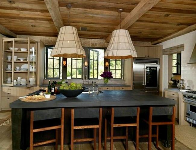 Массивный бетонный стол в интерьере деревенской кухни.