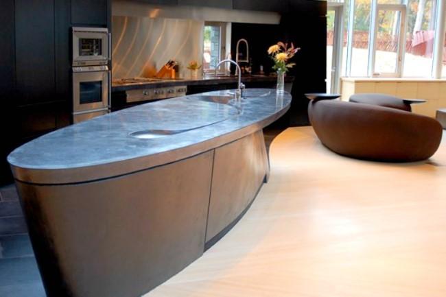 Стол кухонный для маленькой кухни с бетонной столешницей.