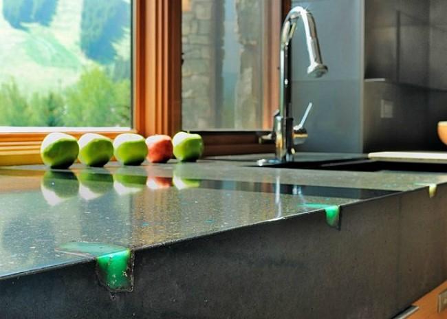 Кухонная столешница из бетона со стеклянными вставками.