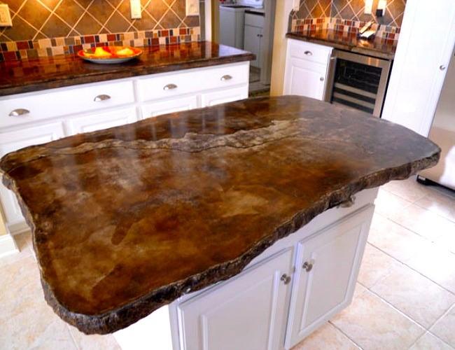 Абстрактный кухонный стол с деревянным основанием.