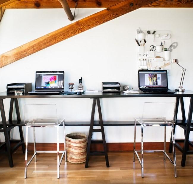 Черный письменный стол с двумя рабочими пространствами.