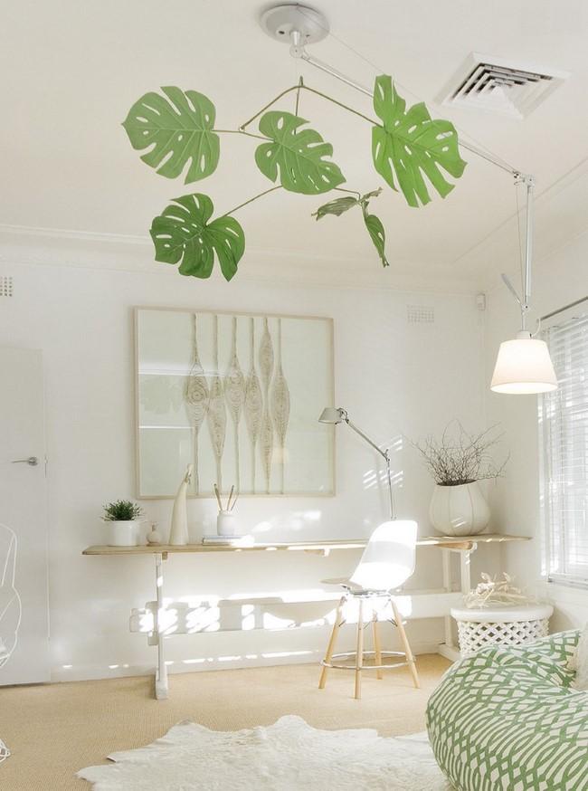Светлый деревянный стол в интерьере просторной спальни.