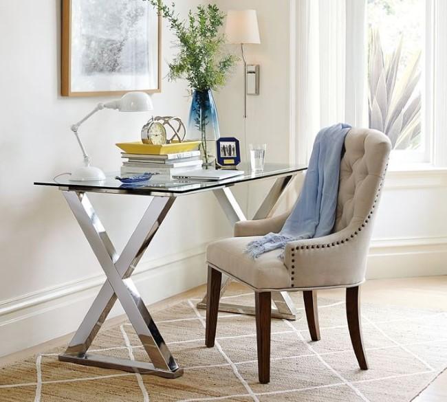 Стильный металлический стол со стеклом.