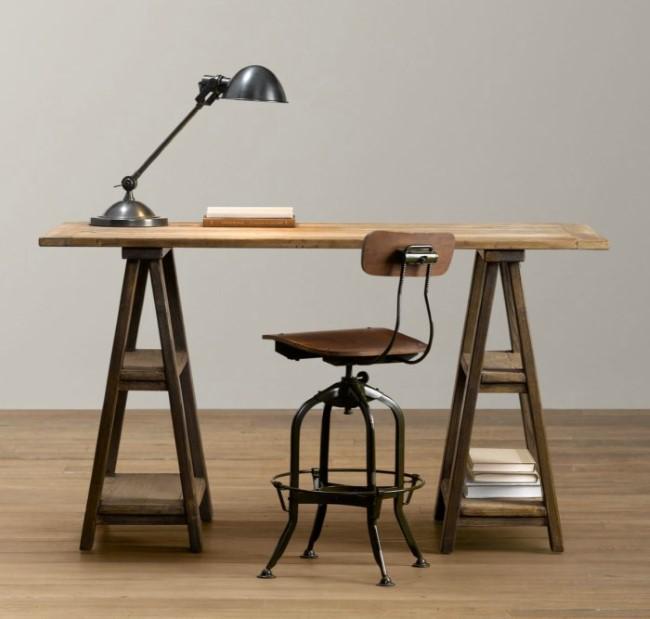 Деревянный письменный стол на козлах с полками для книг.