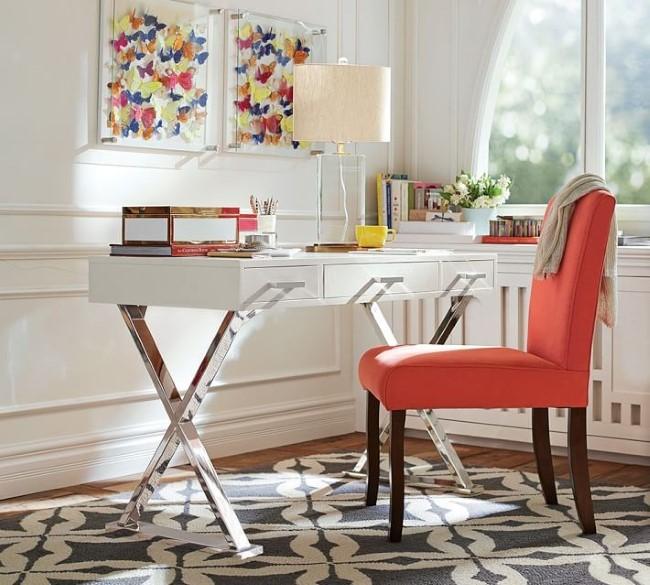 Современный женский кабинет с письменным столом на козлах.