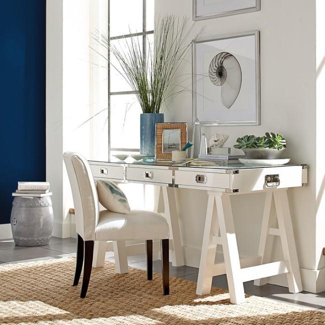 Деревянный стол со стеклянной столешницей в гостиной.