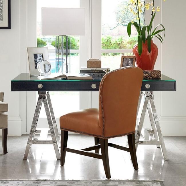 Письменный стол на козлах с кожаным креслом.