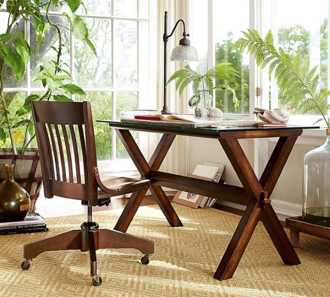 Стол на козлах из натурального дерева.