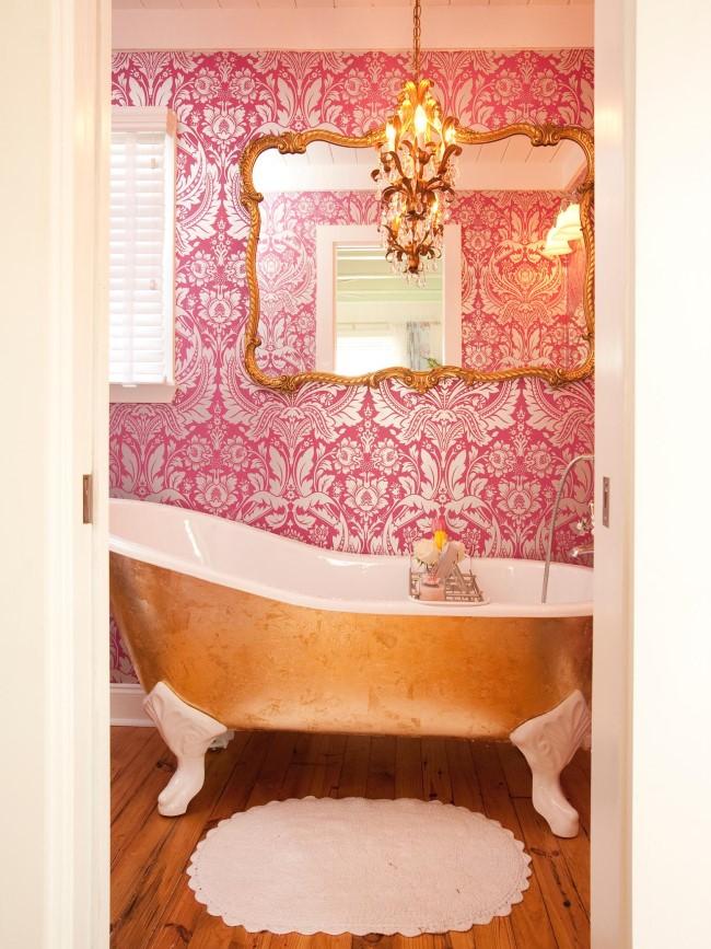 Дамская ванная с золотыми элементами и кованой люстрой.