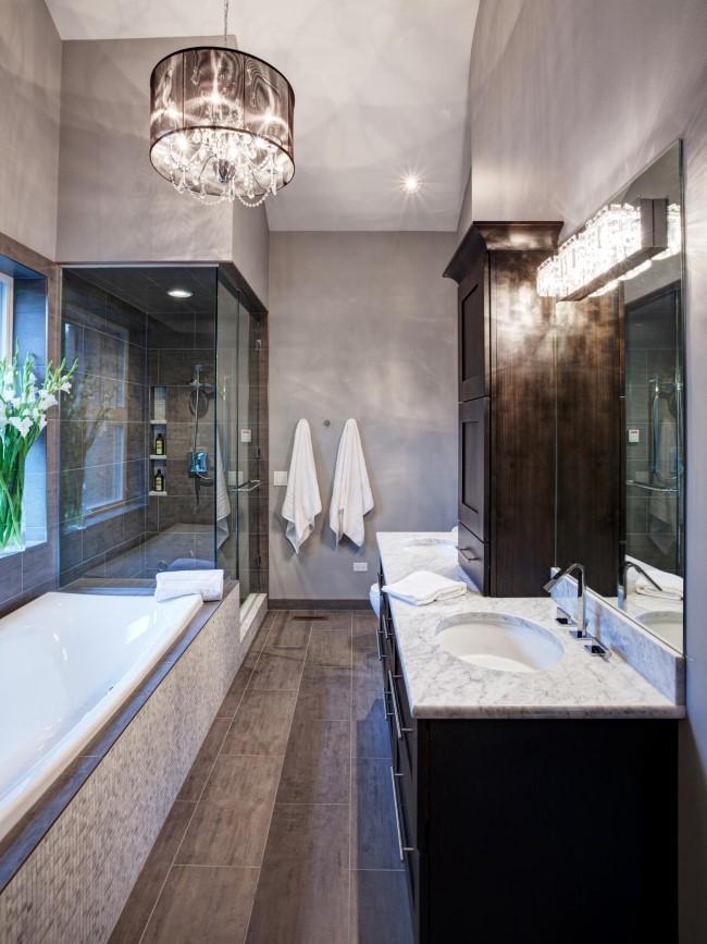 Стильная ванная с серым современным абажуром.