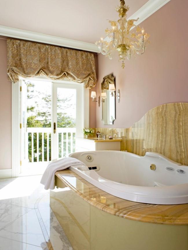 Ванная из натурального камня со стильной люстрой.