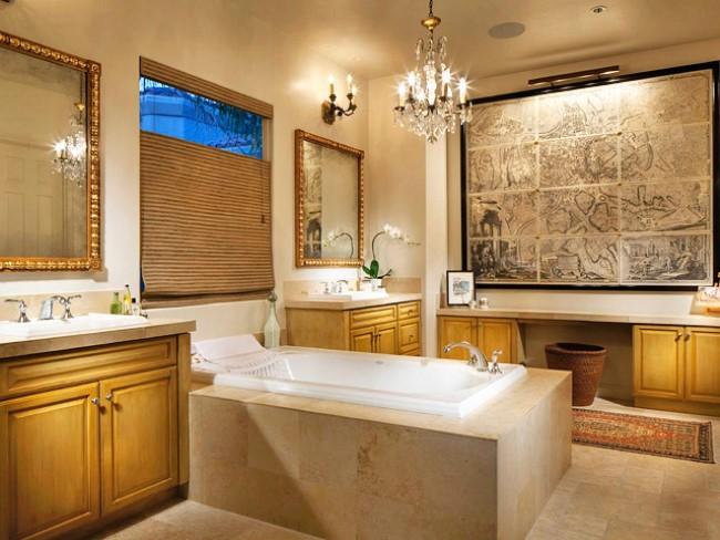 Стильная современная ванная с элегантной люстрой.