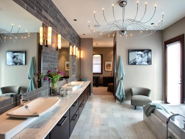Современная ванная комната с люстрой из коллекции HGTV.