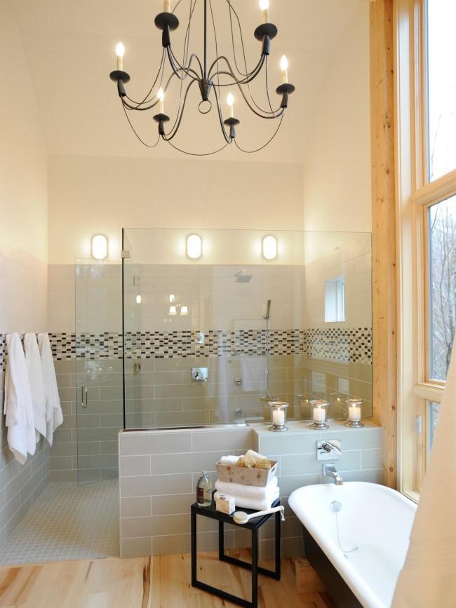 Минималистический кованый светильник в центре ванной комнаты.