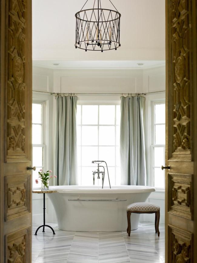 Белая ванная комната с кованой люстрой-абажуром.