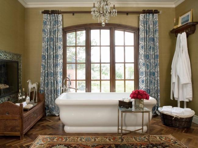 Хрустальная люстра в ванной комнате в деревенском стиле.