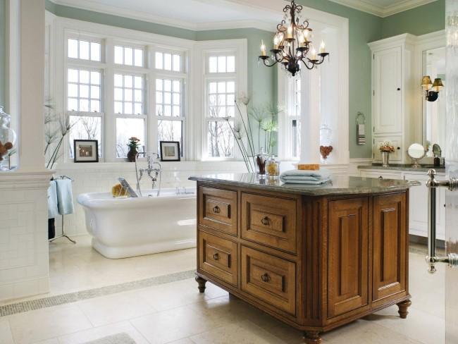 Стильная ванная с кованой люстрой в центре потолка.
