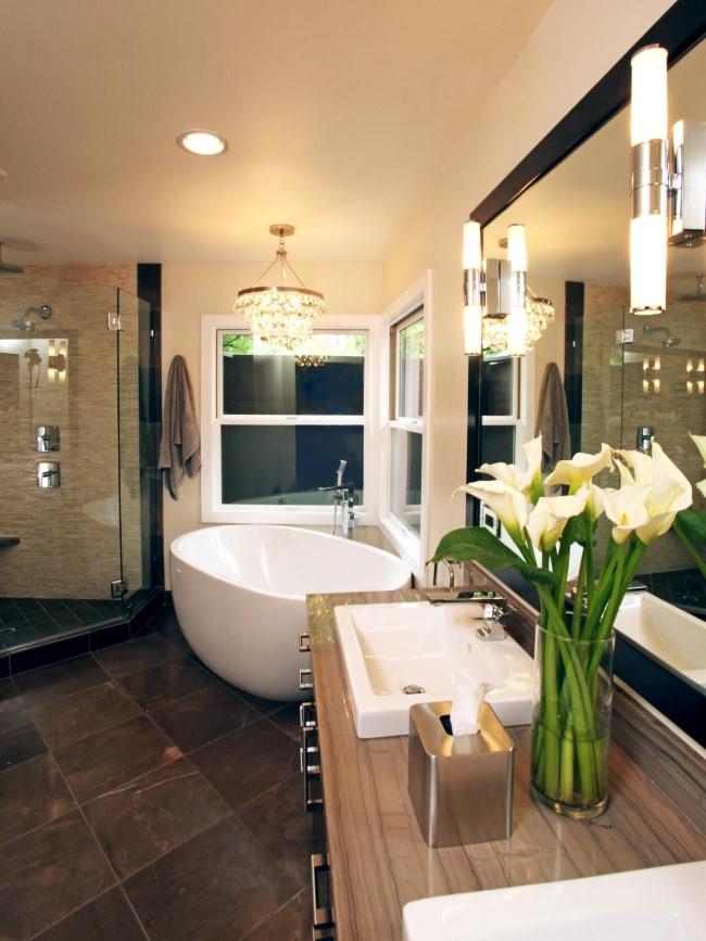 Современная ванная с хрустальной люстрой от HGTV.