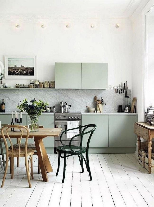 Скандинавская кухня со светло-серой мебелью.