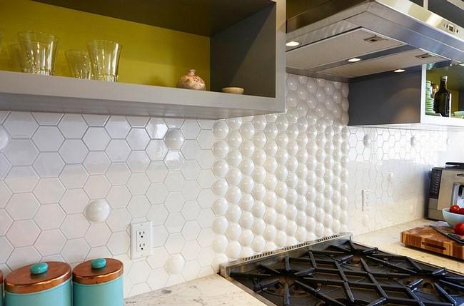 Шестиугольная плитка в интерьере современной кухни.
