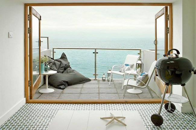 Геометрическая плитка в интерьере гостиной в пляжном стиле.