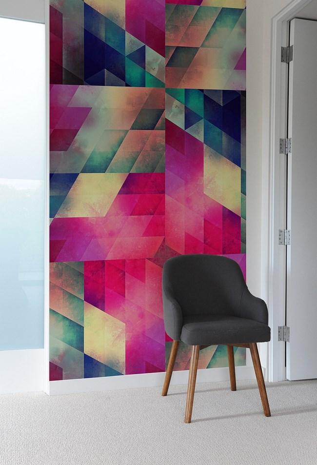 Художественная композиция из разноцветной плитки на стене гостиной.