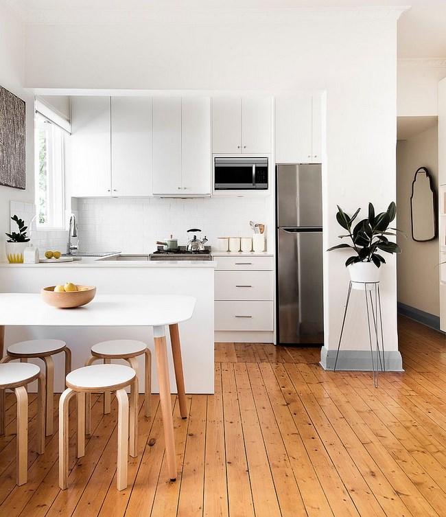 Стильная кухня с искусственными и естественными источниками света.