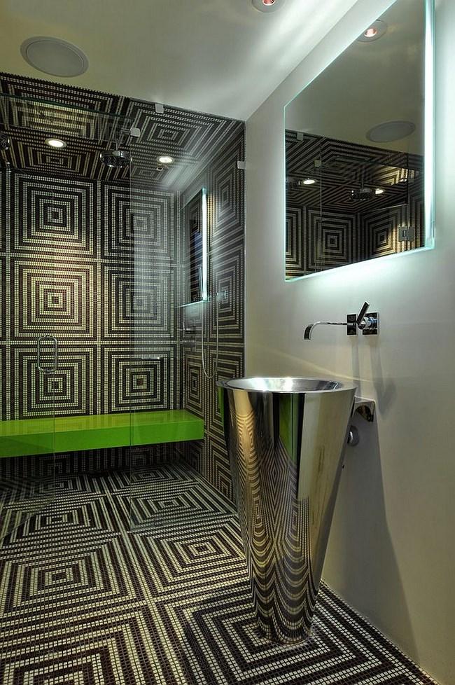 Золотая и черная мозаика в интерьере ванной зоны.