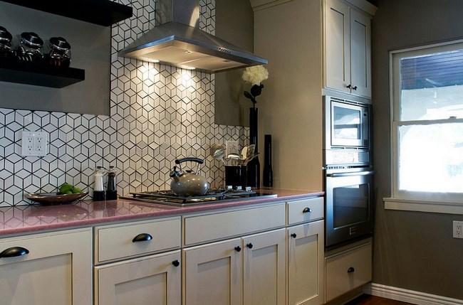 Необычная черно-белая плитка в эклектической кухне.