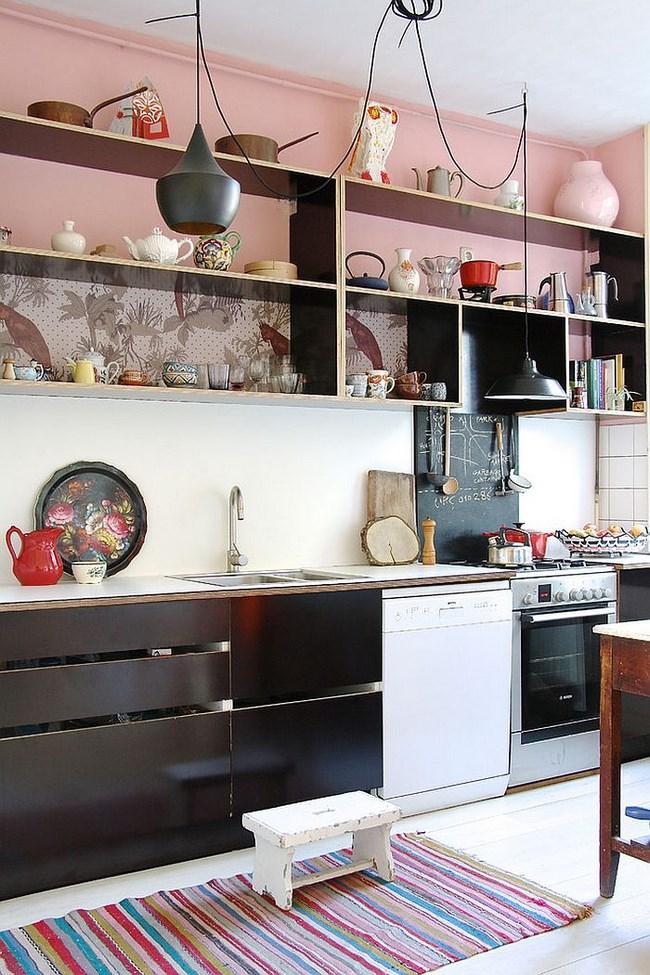 Скандинавская кухня в черных, белых и розовых цветах.