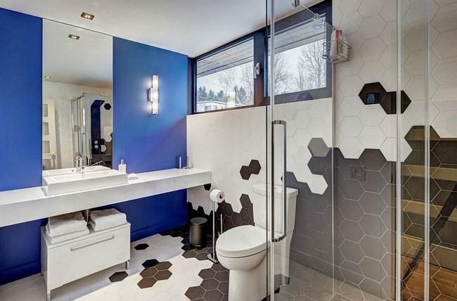 Геометрическая шестиугольная плитка на стенах и полу ванной.