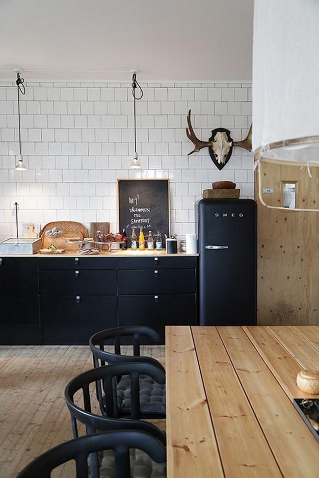 Небольшая кухня со стильными скандинавскими аксессуарами.