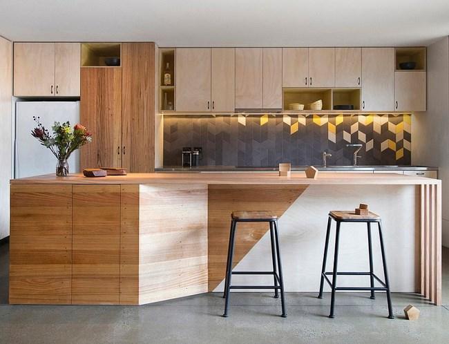 Серая и желтая плитка в интерьере современной кухни.