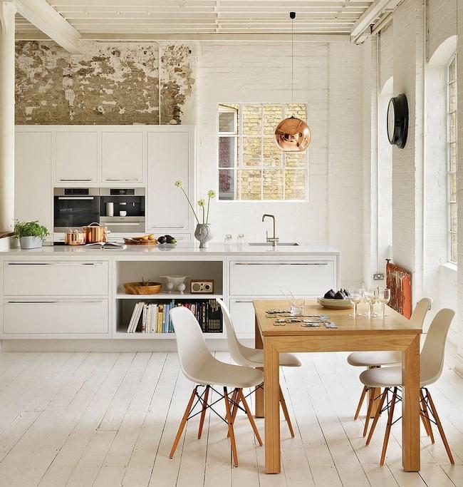 Скандинавская кухня со стенами белого цвета.