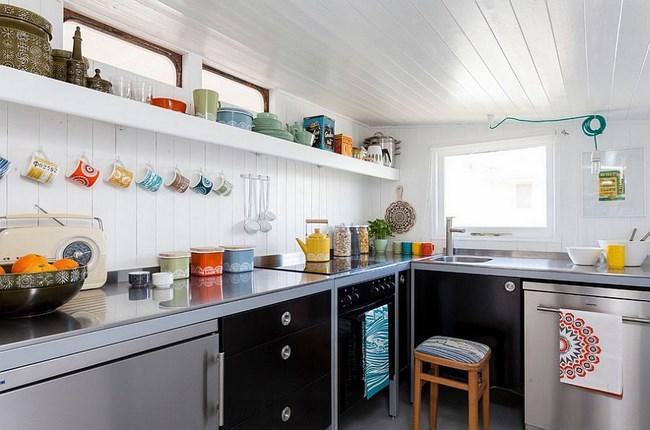 Яркая кухня с узорчатой посудой и аксессуарами.