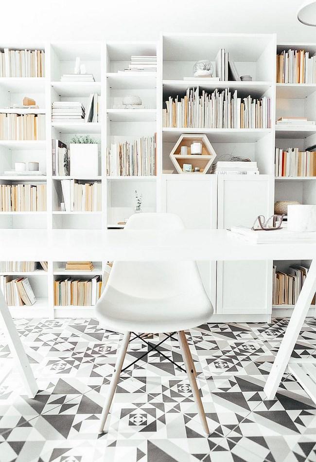 Черно-белая плитка в домашнем скандинавском офисе.
