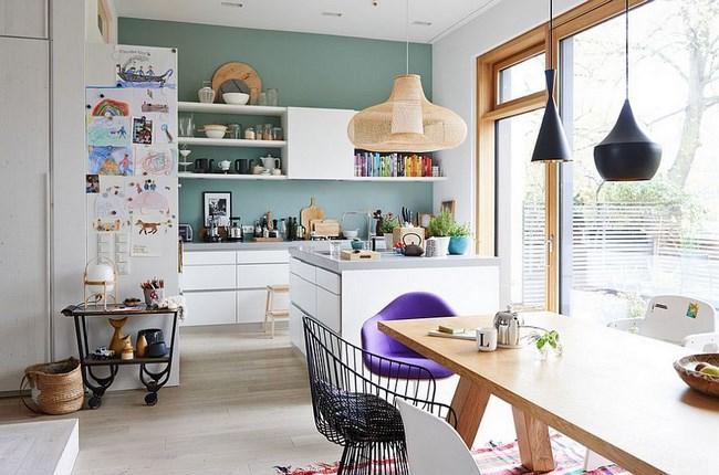Скандинавский интерьер в белых, зеленых и фиолетовых тонах.